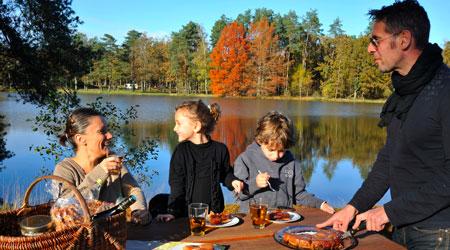 La Sologne s'étend sur trois départements, le Cher, le Loir-et-Cher æet le Loiret. Cette région attire les amoureux de la nature : randonneurs, pêcheurs, photographes…